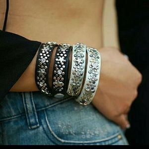 Jewelry - HP🎉⭐GORGEOUS BLACK STAR WRAP BRACELET⭐